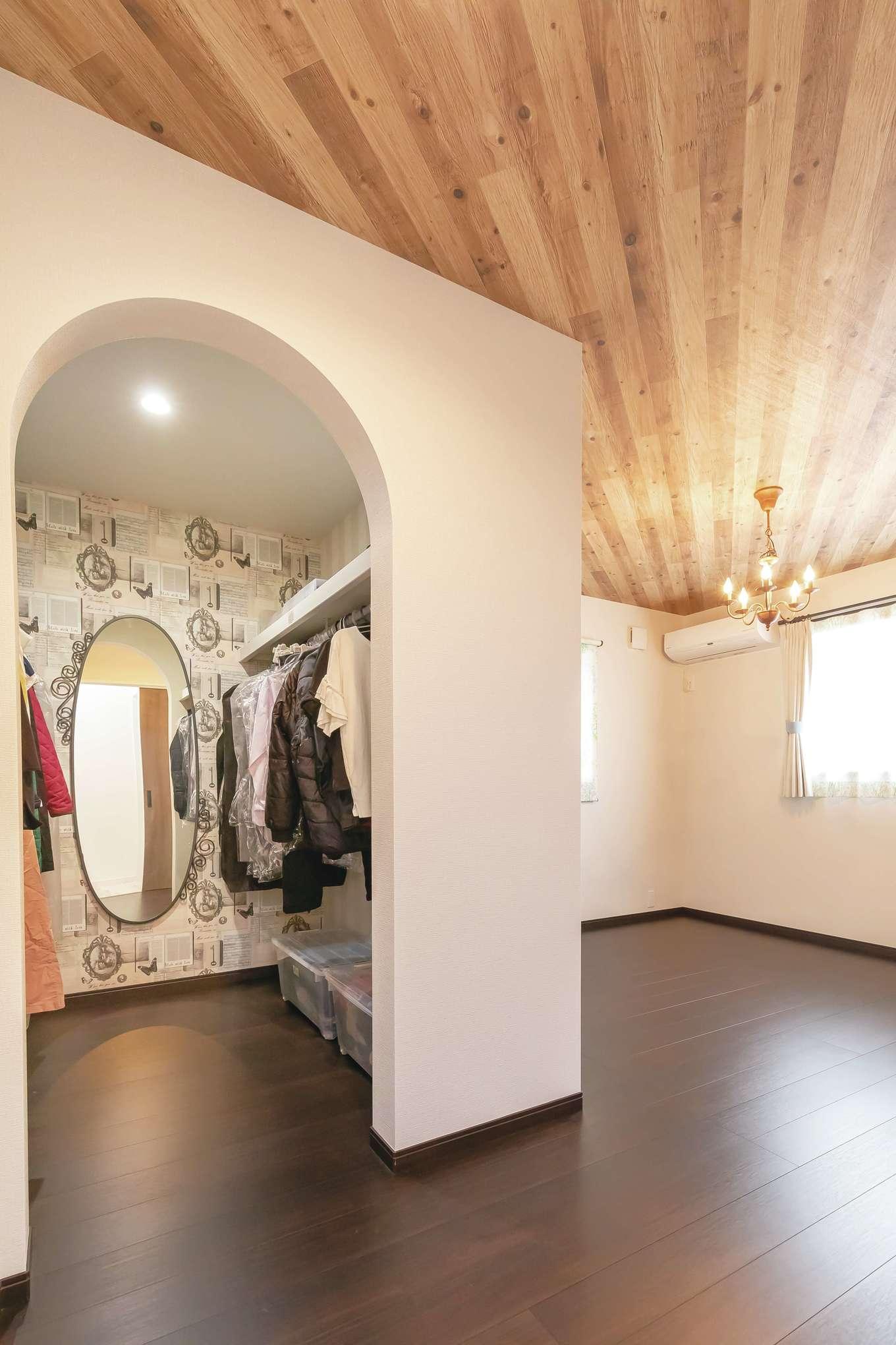 原田工務店【デザイン住宅、子育て、間取り】寝室はシックにコーディネート。ウォークインクローゼットはアーチ型にし、奥さま好みのエレガントなクロスを採用
