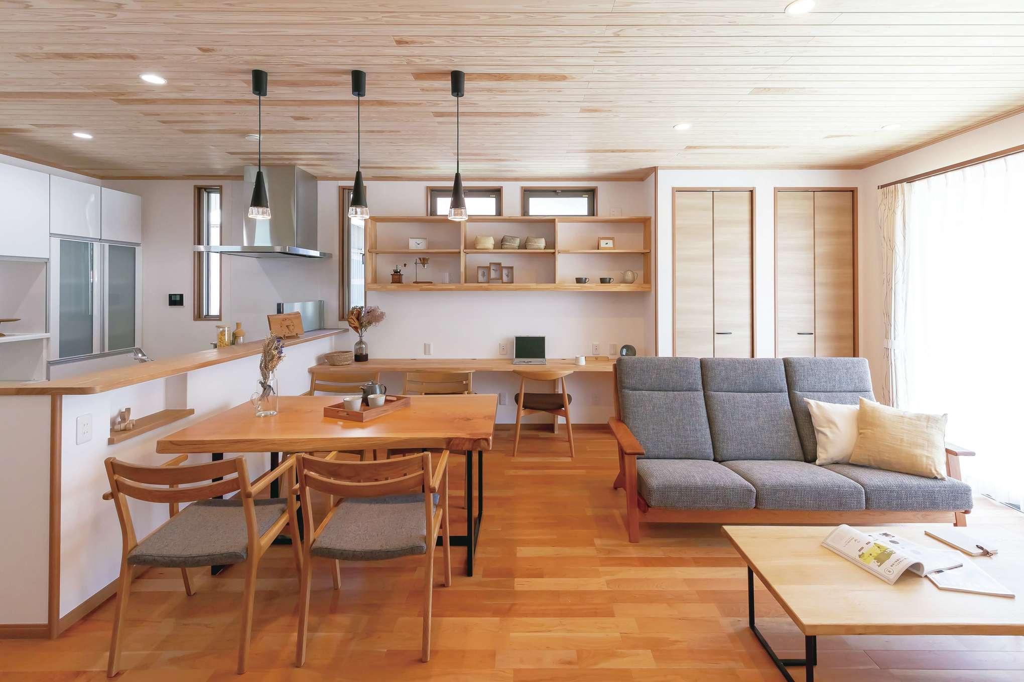 住まいるコーポレーション【デザイン住宅、自然素材、間取り】床と天井の無垢材のコントラストが美しいリビングダイニング。室内の奥まで明るさが行き届く