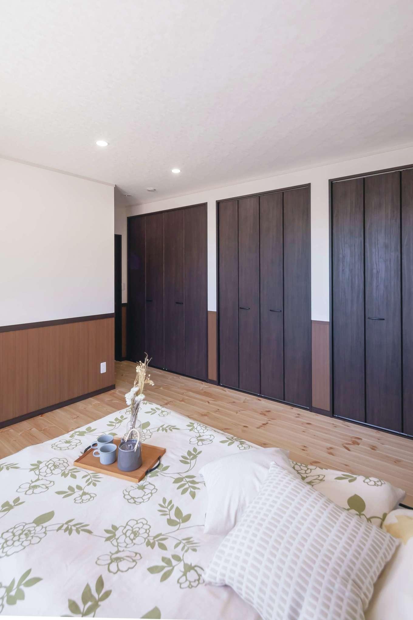 住まいるコーポレーション【デザイン住宅、自然素材、間取り】寝室の床はパイン材。壁面収納を3か所に分けて設け、使い分けられるようにした