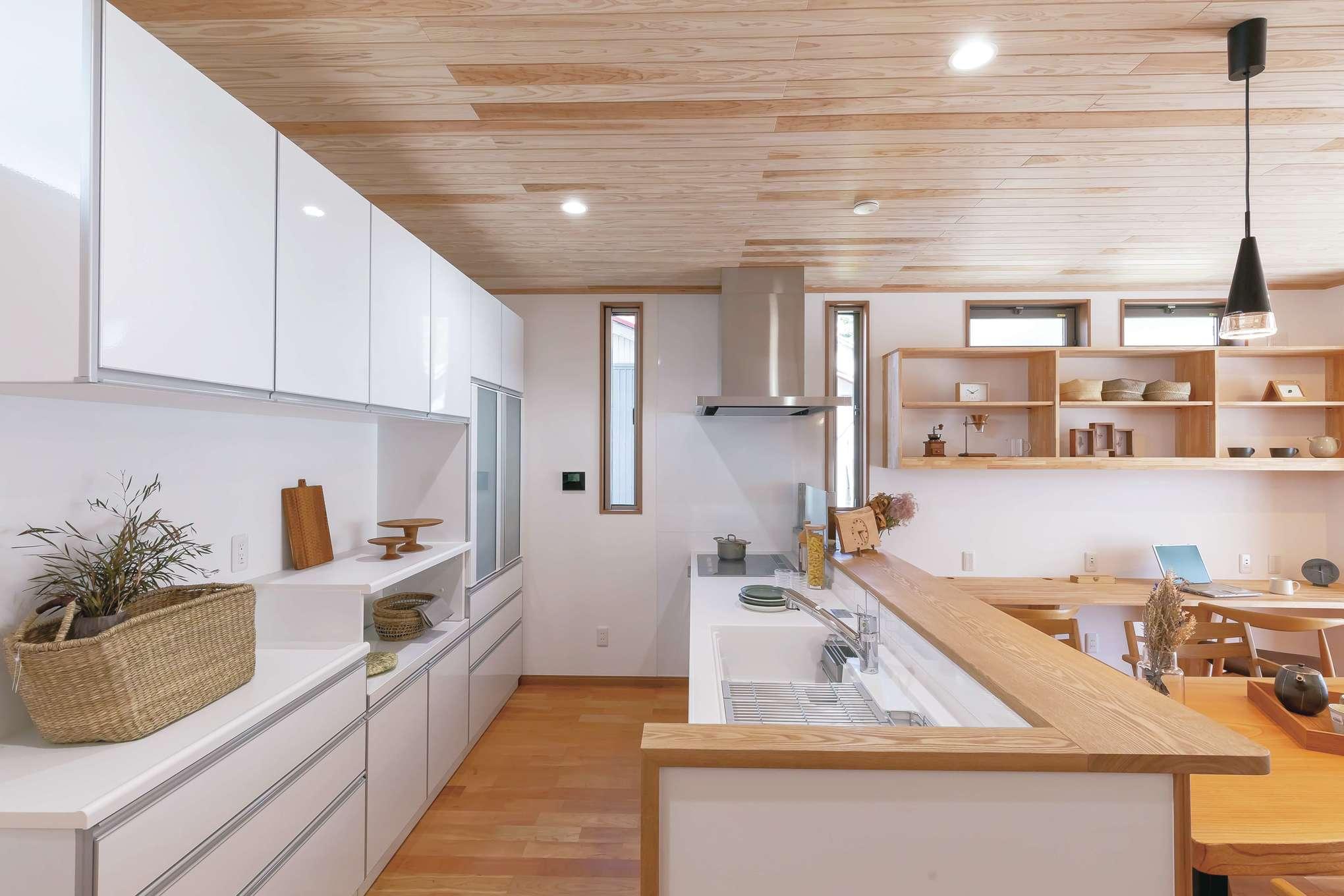 住まいるコーポレーション【デザイン住宅、自然素材、間取り】ワークスペースも収納もたっぷり確保したオープンキッチン。リビングダイニングやスタディコーナーを見渡せて、お子さまの様子を見守りながら調理ができる