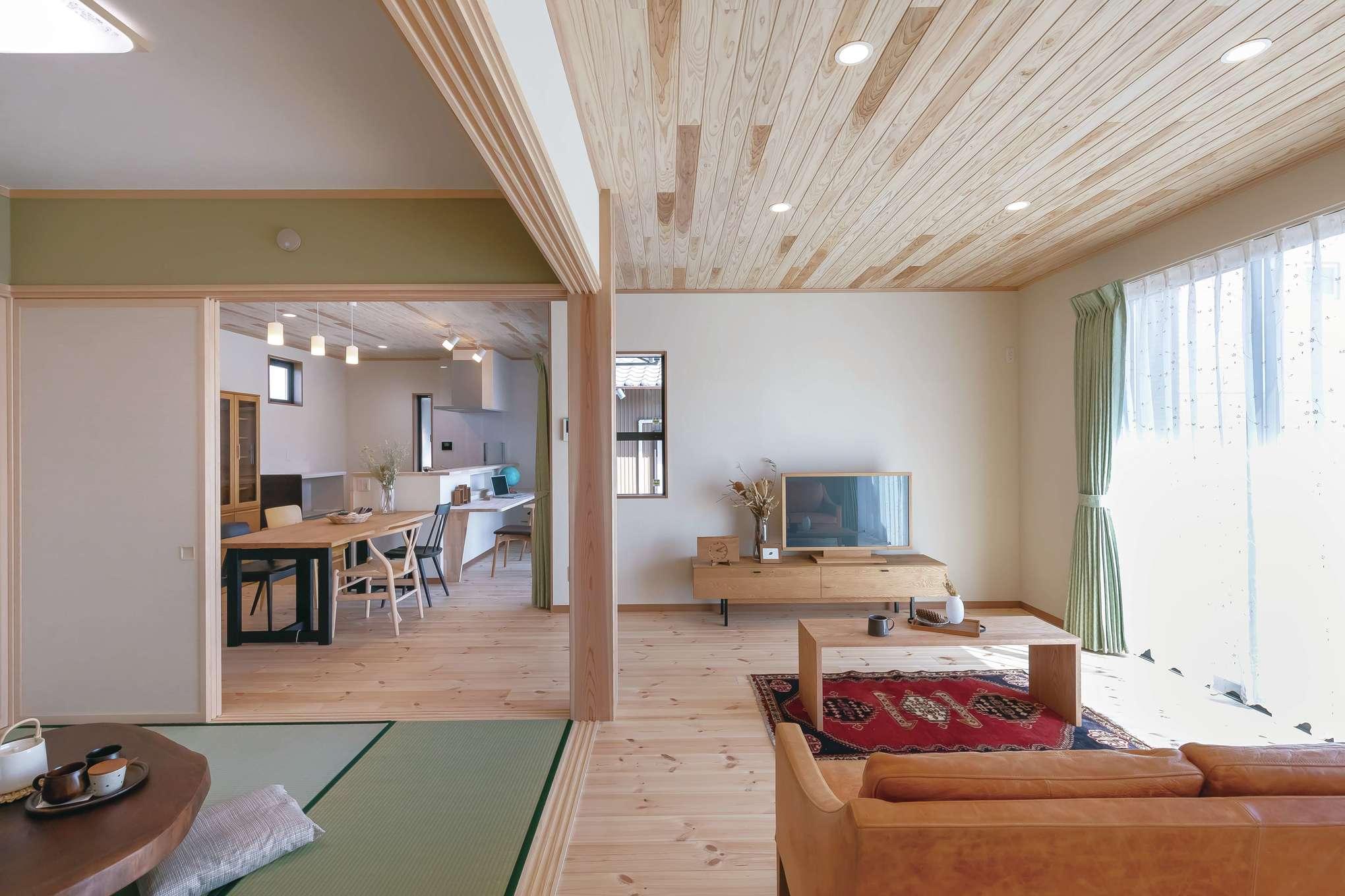 住まいるコーポレーション【デザイン住宅、和風、自然素材】リビングはソファセットを置いてもゆとりの広さ。続き間の和室とフラットにつながり、いっそう広がりを感じさせる。LDKの中心に構えたスギの大黒柱が上質な空間を演出