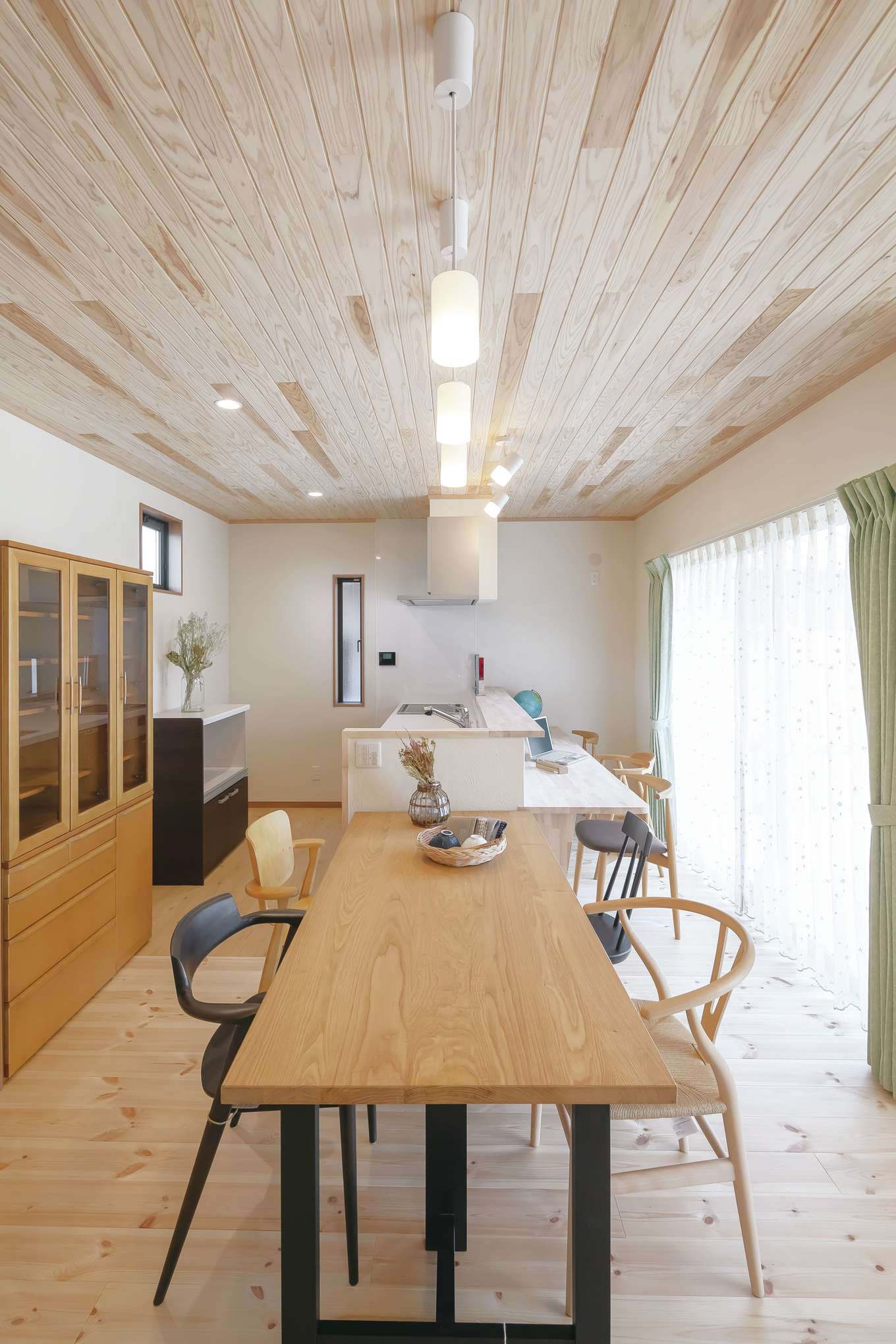 住まいるコーポレーション【デザイン住宅、和風、自然素材】カウンター付きのオープンキッチンはダイニングテーブルと一列に配置。キッチンからカウンターやテーブルに手が届くので、配膳や片付けがラクにできる