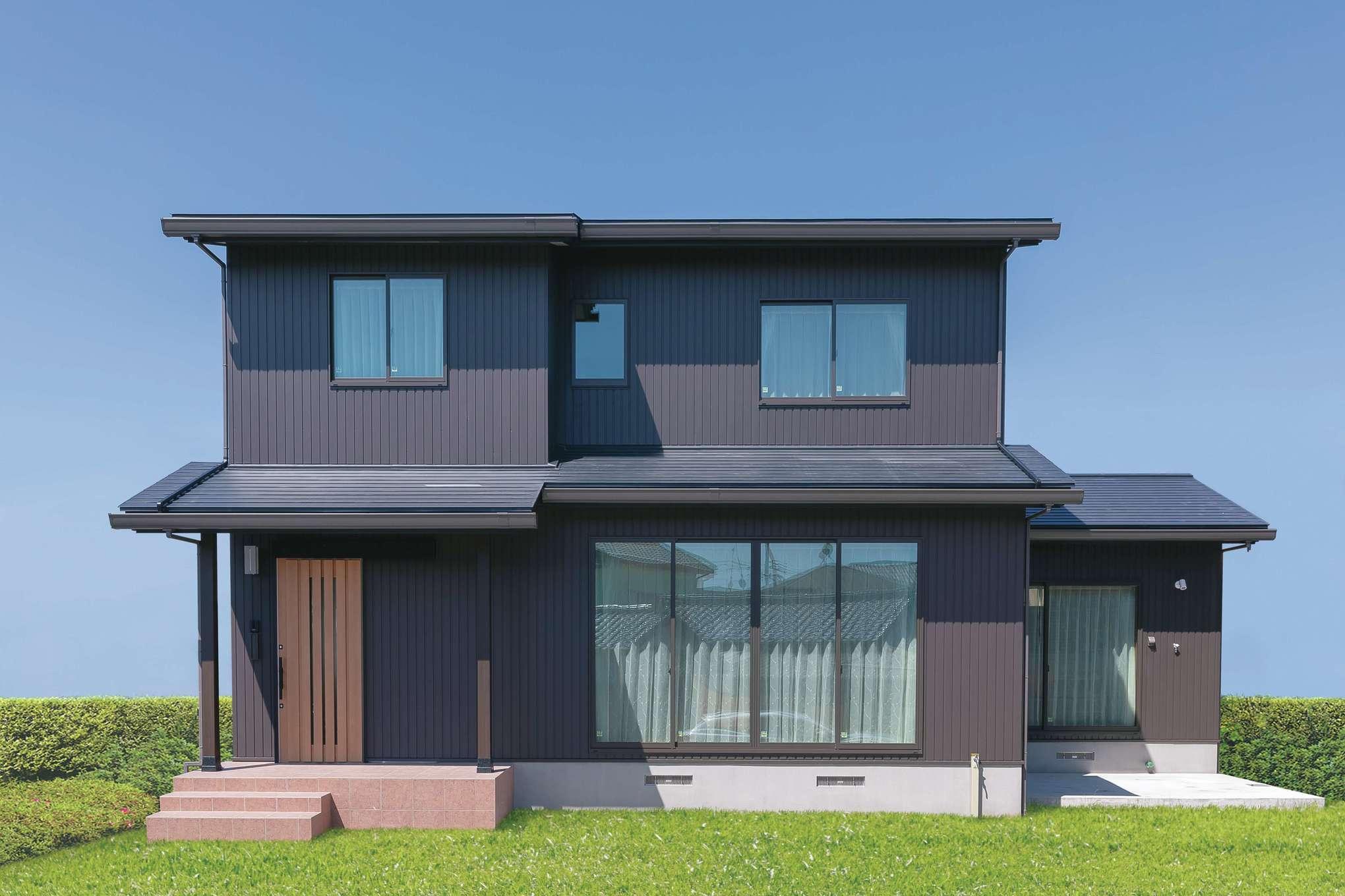 住まいるコーポレーション【デザイン住宅、和風、自然素材】ブラックの屋根とこげ茶の外壁を組み合わせたモダンな外観。『住まいる』ならではの頑強な基礎部分にも注目