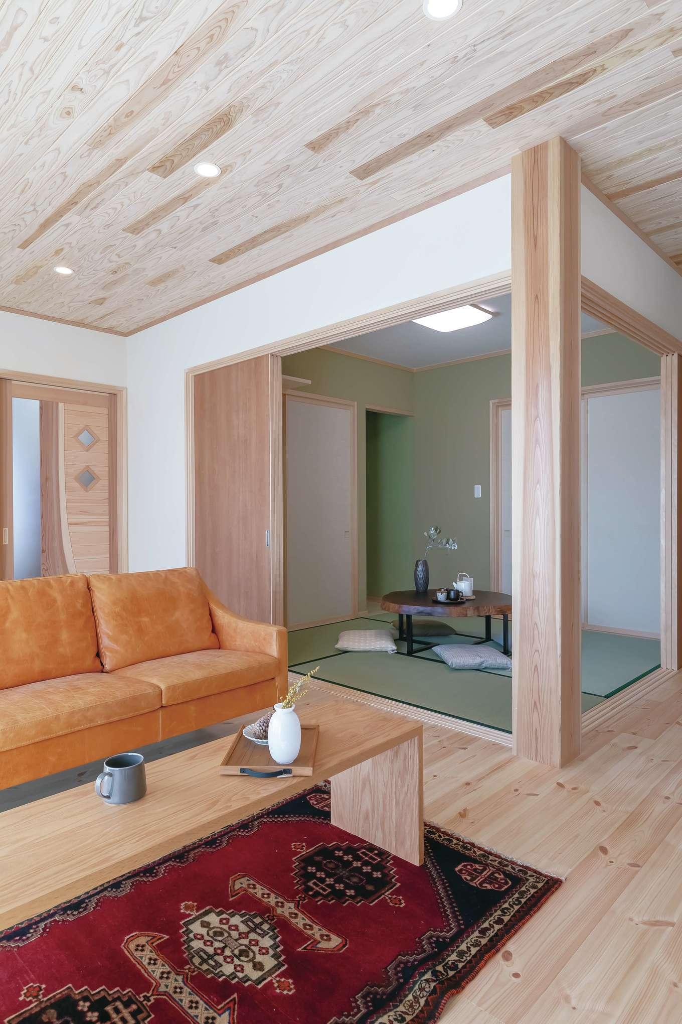 住まいるコーポレーション【デザイン住宅、和風、自然素材】スギの大黒柱が存在感を放っている、続き間の和室。リビング入口の建具は同社社長のオリジナルデザイン