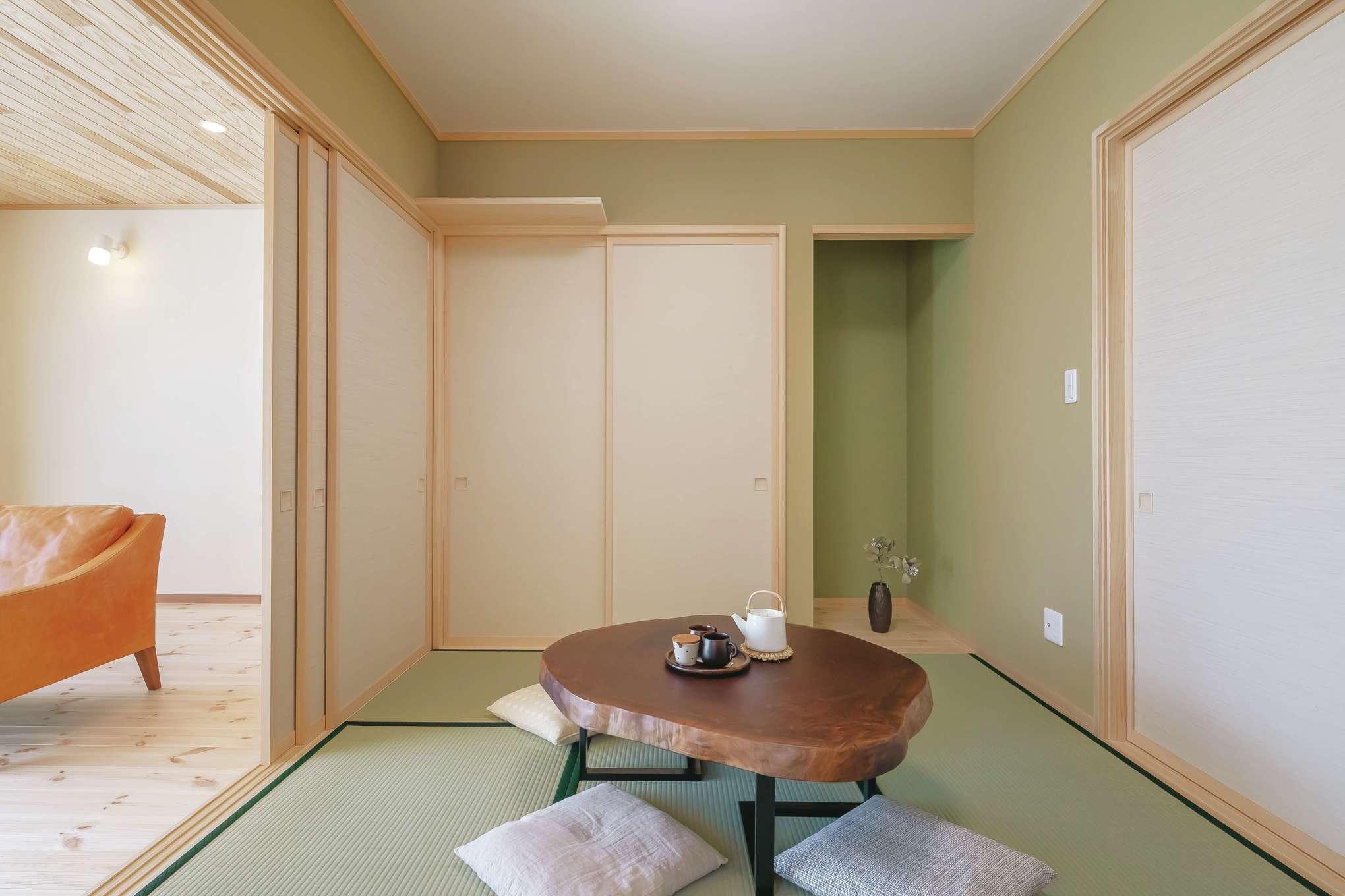 住まいるコーポレーション【デザイン住宅、和風、自然素材】和室の壁紙も、グリーン色を採用。LDKの木目ともマッチして、端正で落ち着きのある空間に。洗面や浴室に通じる出入口も設けてあり、動線が便利
