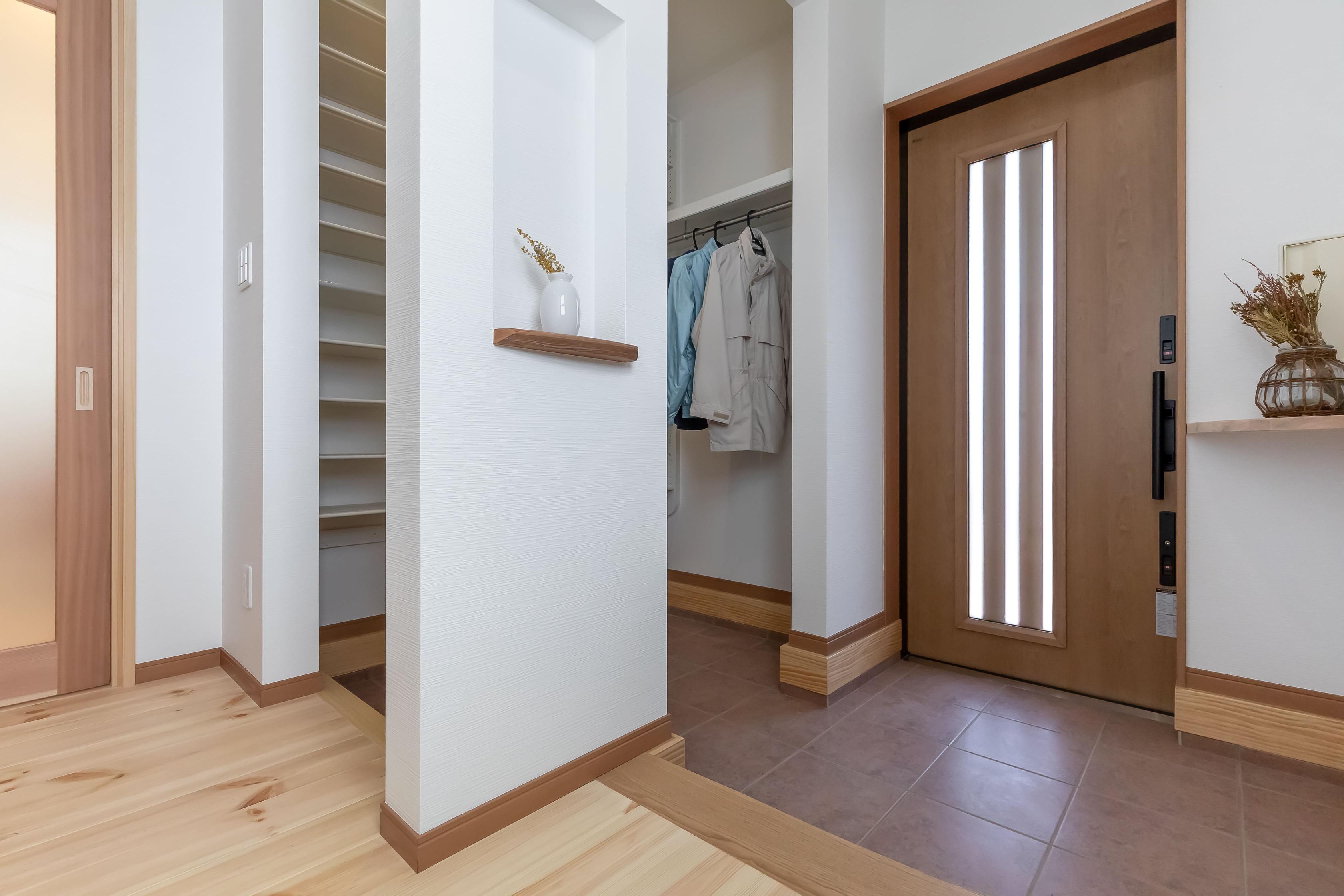 住まいるコーポレーション【デザイン住宅、和風、自然素材】玄関と収納スペースは回遊可能な導線に。外から帰ってそのまま靴や道具を置いて家の中にスムーズに入れる