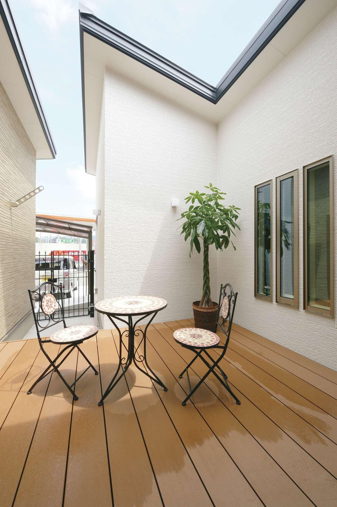 朝日住宅【デザイン住宅、夫婦で暮らす、平屋】3方向を囲まれた中庭が家の中心。大きな窓越しに光、風を室内へ届ける