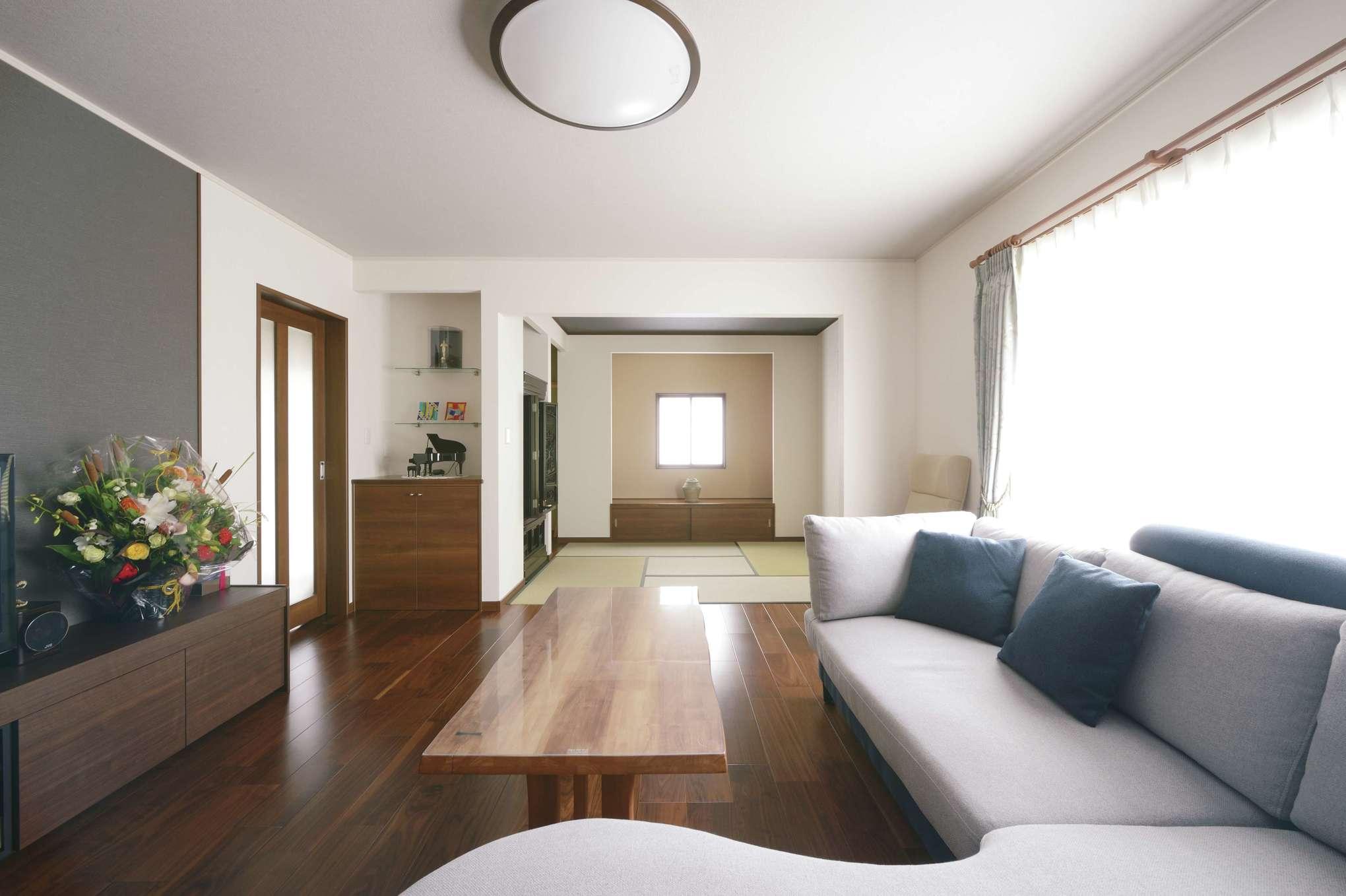 朝日住宅【デザイン住宅、夫婦で暮らす、平屋】本家として仏壇を祀る和室はSさんにとって大切な場所。そこで、リビングとつなげる形で設計しながらも、真四角の開口をつけて特別感を演出している