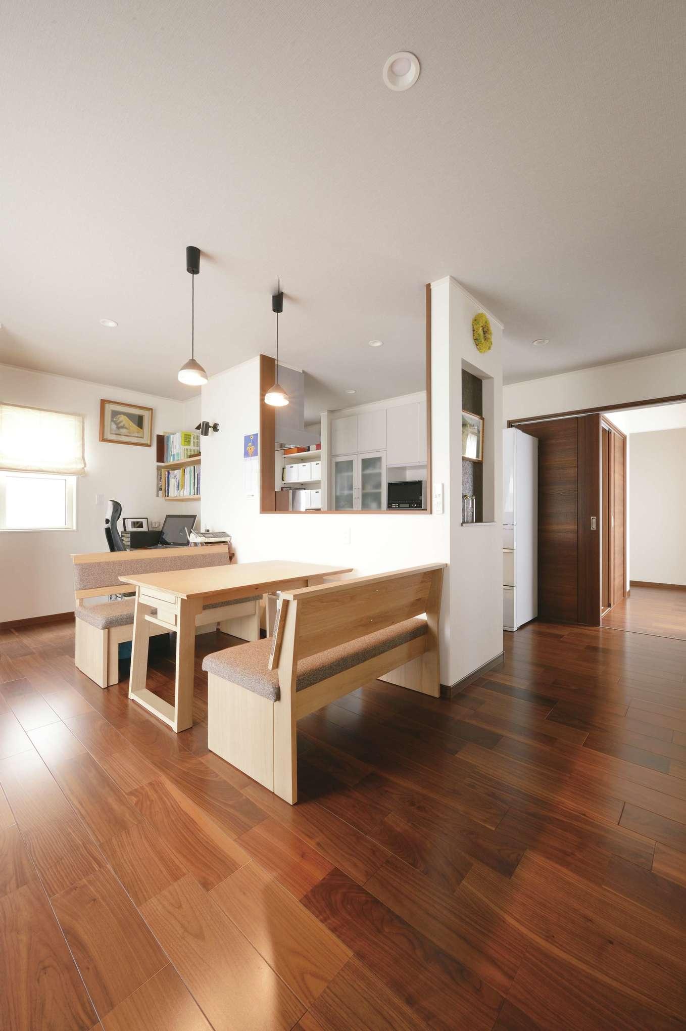 朝日住宅【デザイン住宅、夫婦で暮らす、平屋】余分なものをすっぽりと隠す対面式キッチン。ダイニングテーブルは、イスと一緒に来客時に拡張できる優れもの