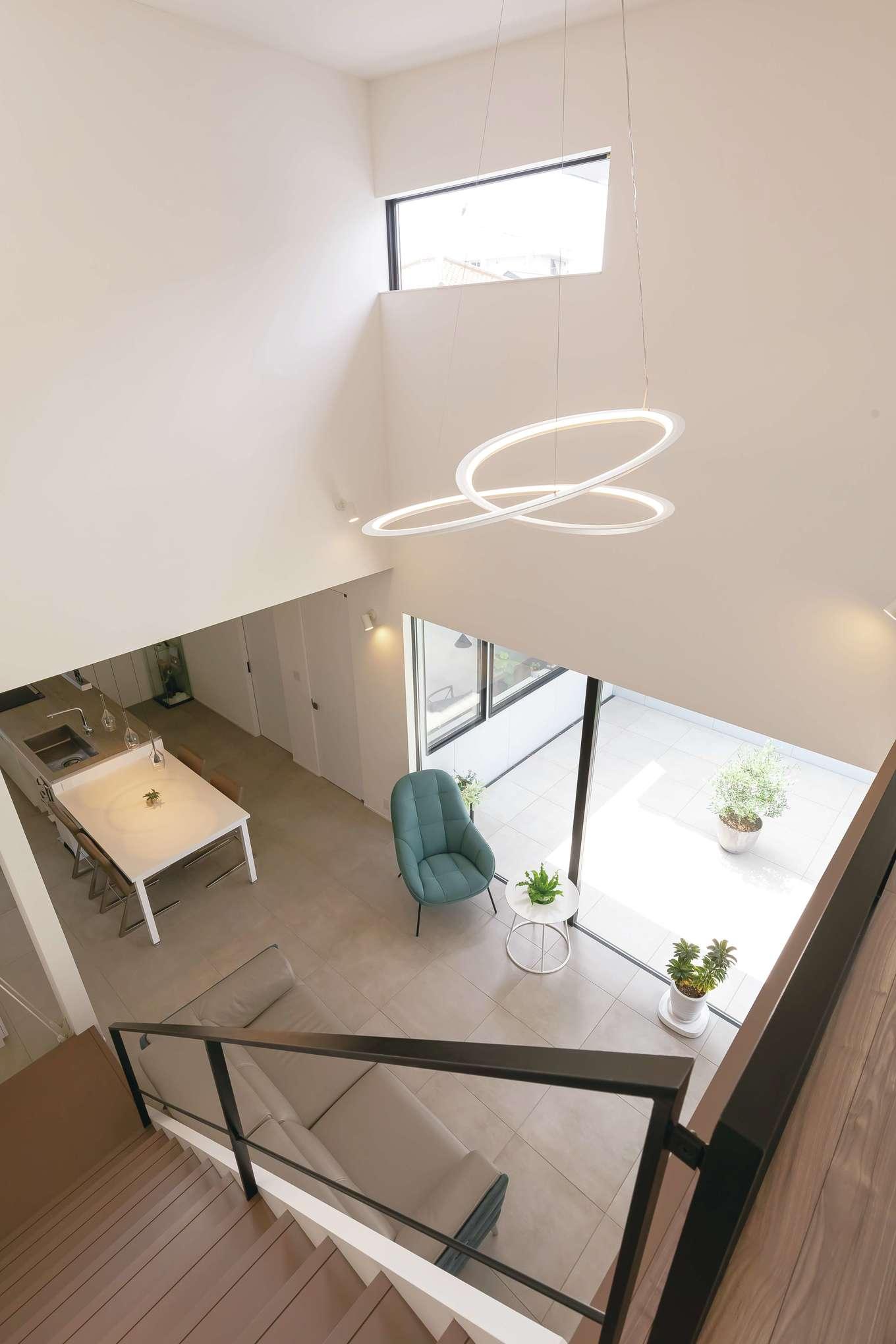 MABUCHI【デザイン住宅、省エネ、建築家】吹抜けに浮かぶ照明は、ご主人がこだわり抜いて選んだもの