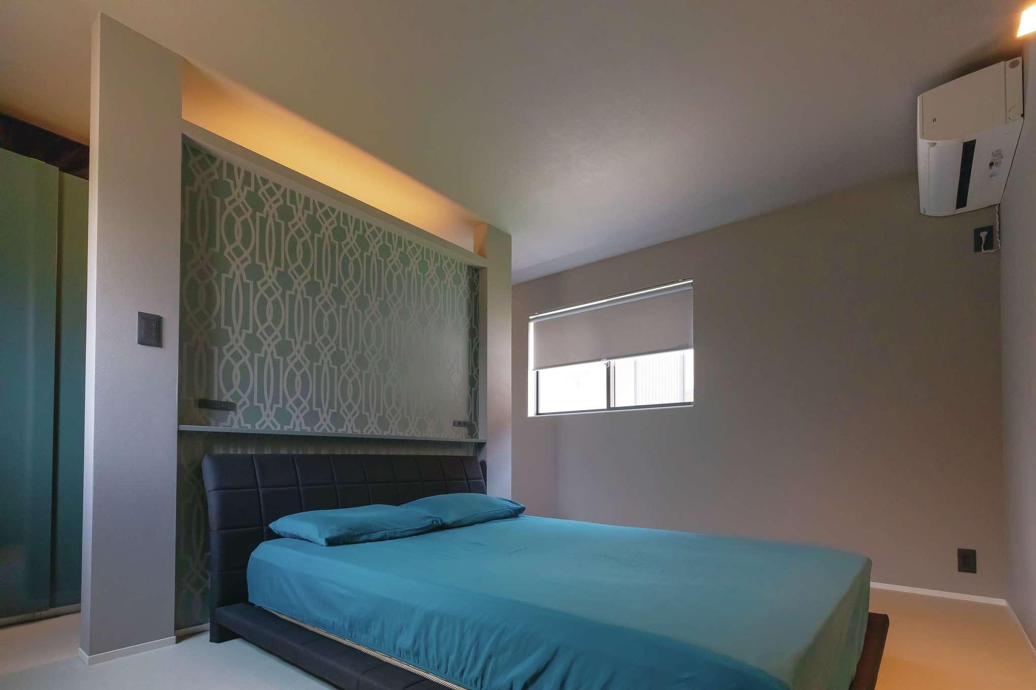 MABUCHI【デザイン住宅、省エネ、建築家】ブルーのクロスが映える寝室。ウォークスルークローゼットにもブルーの鏡面仕上げの扉を付けて上質に演出