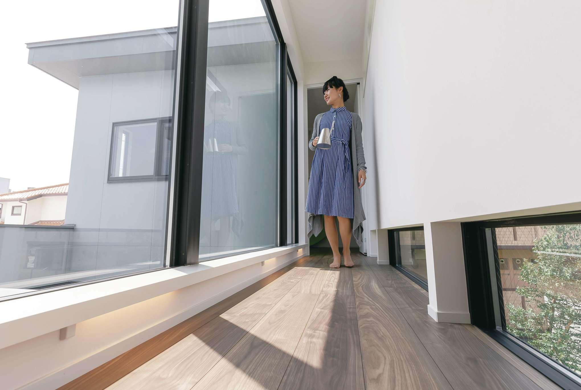MABUCHI【デザイン住宅、省エネ、建築家】2階の廊下にも大開口を確保して開放感を創出。夜は間接照明が足元を照らす