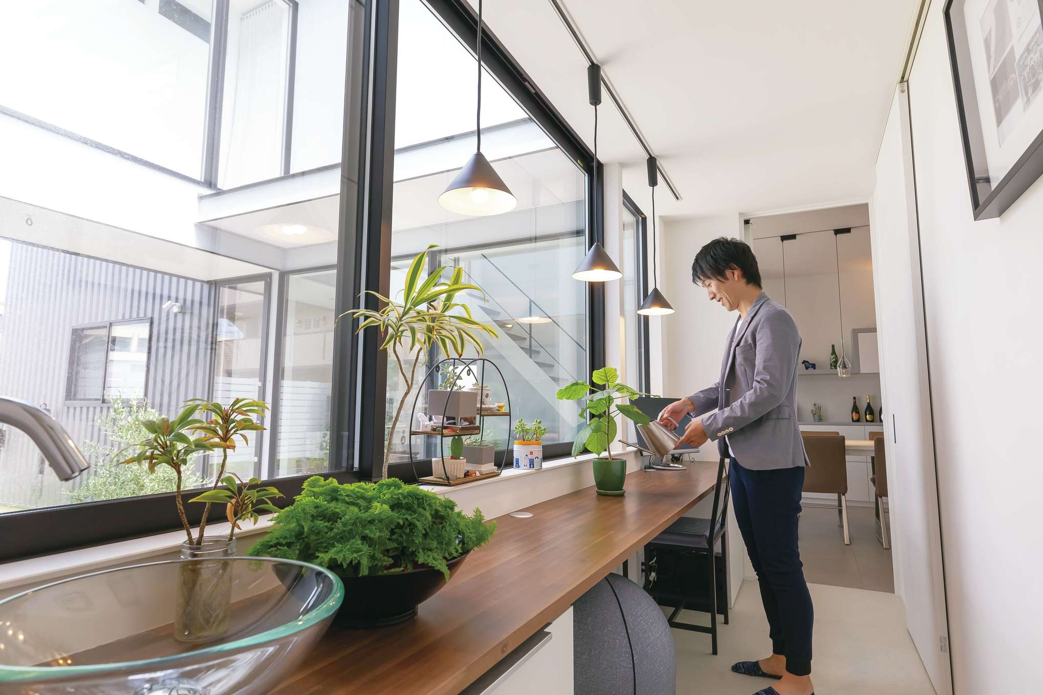 MABUCHI【デザイン住宅、省エネ、建築家】グリーンの手入れは「生き物係」のご主人の日課。カウンターは洗い場付きなので便利