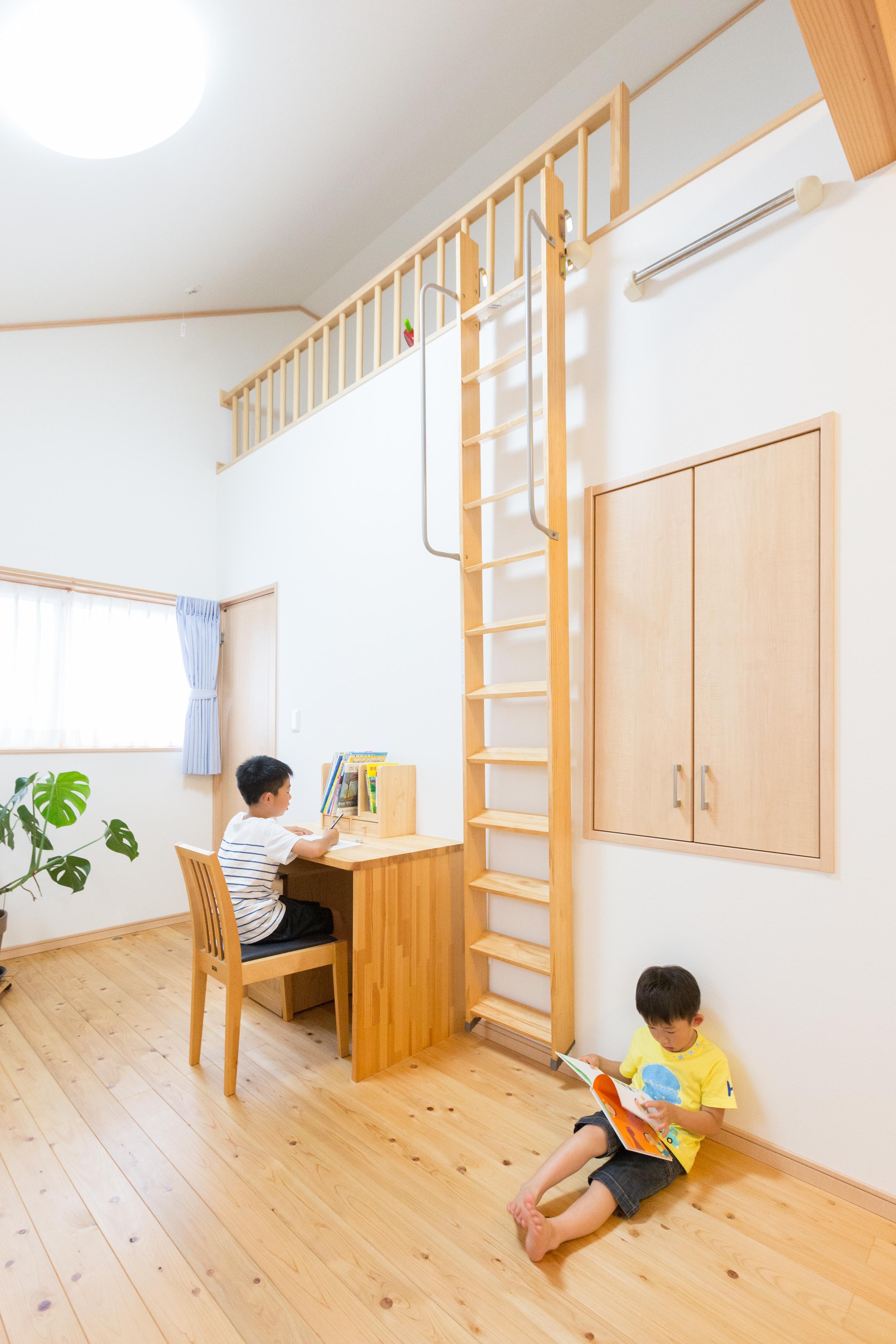 河合工務店【子育て、自然素材、狭小住宅】子ども部屋は造作家具とロフトのある秘密基地のよう。子どもたちものびのびと毎日を過ごせる