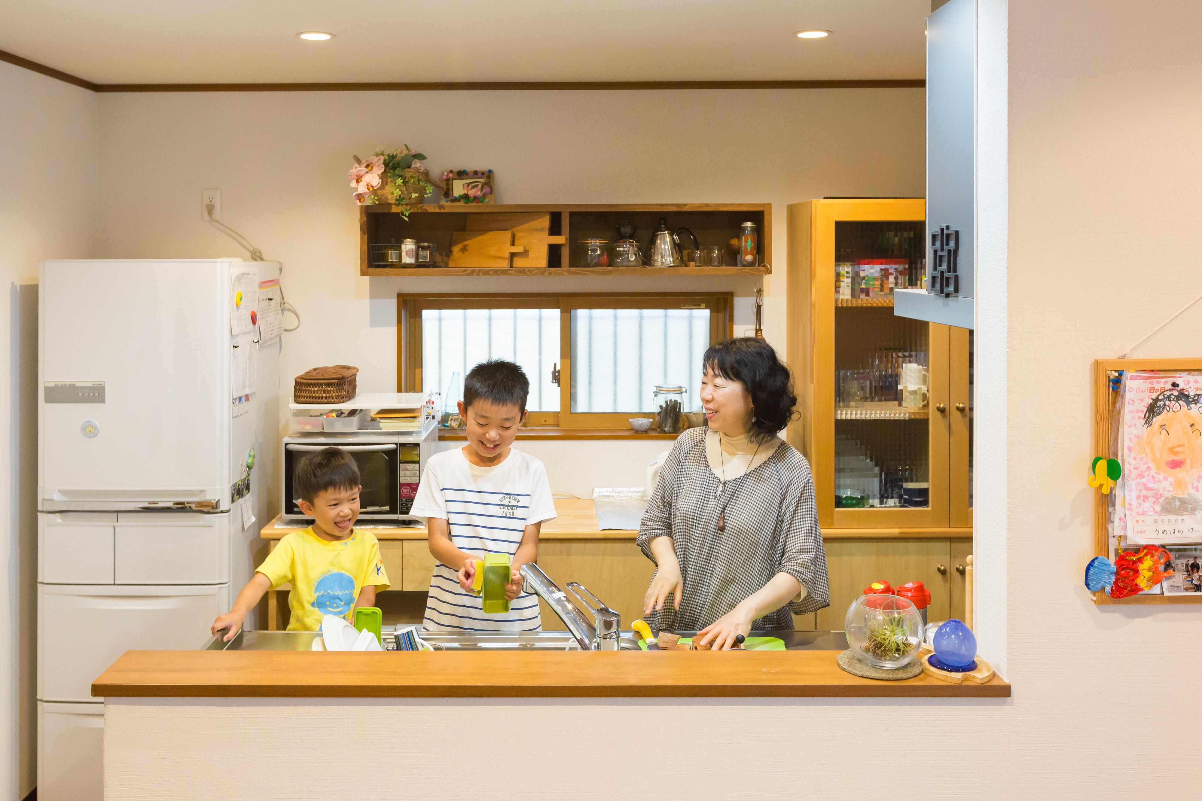 河合工務店【子育て、自然素材、狭小住宅】キッチンは奥様こだわりの空間。収納方法や、工夫なども詳しくレクチャーしてもらったので安心だ