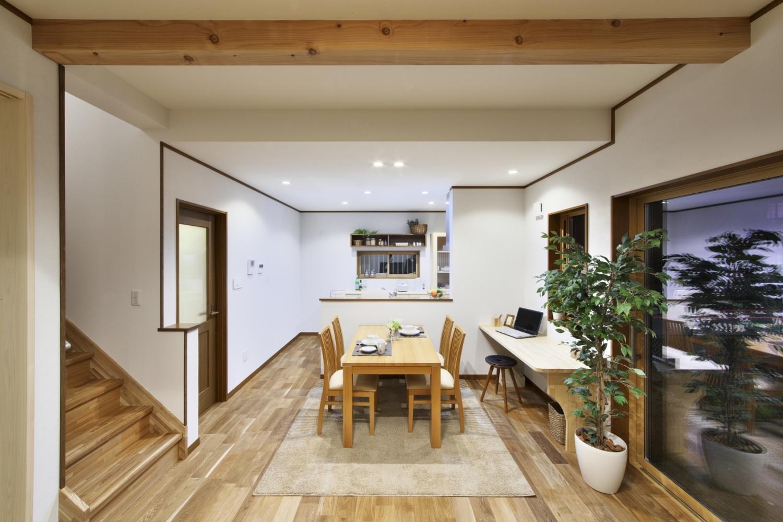 河合工務店【子育て、自然素材、狭小住宅】家族がいつも顔を合わせられるようにリビング階段にした。家族の気配の感じられる空間づくりも同社ならでは