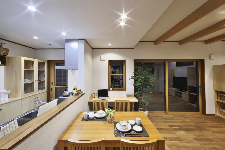 河合工務店【子育て、自然素材、狭小住宅】LDKは化粧梁が空間にアクセントを加えている。自然の木の風合いが温かみをプラス