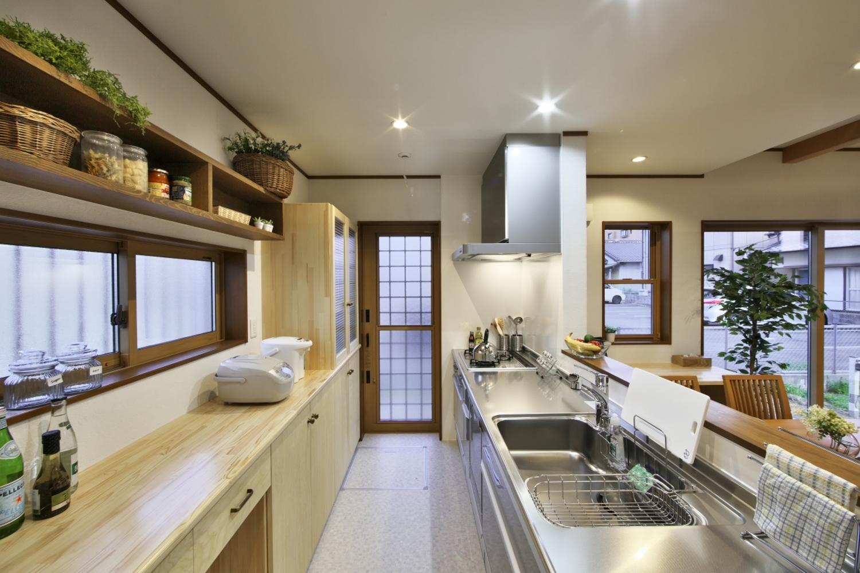 河合工務店【子育て、自然素材、狭小住宅】こだわりのつまったキッチン。収納は大工さん手づくりで理想のスペースになった