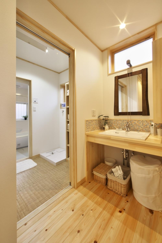 河合工務店【子育て、自然素材、狭小住宅】洗面は造作カウンターとタイルが可愛い印象。デッドスペースの無い収納性の良いデザインだ
