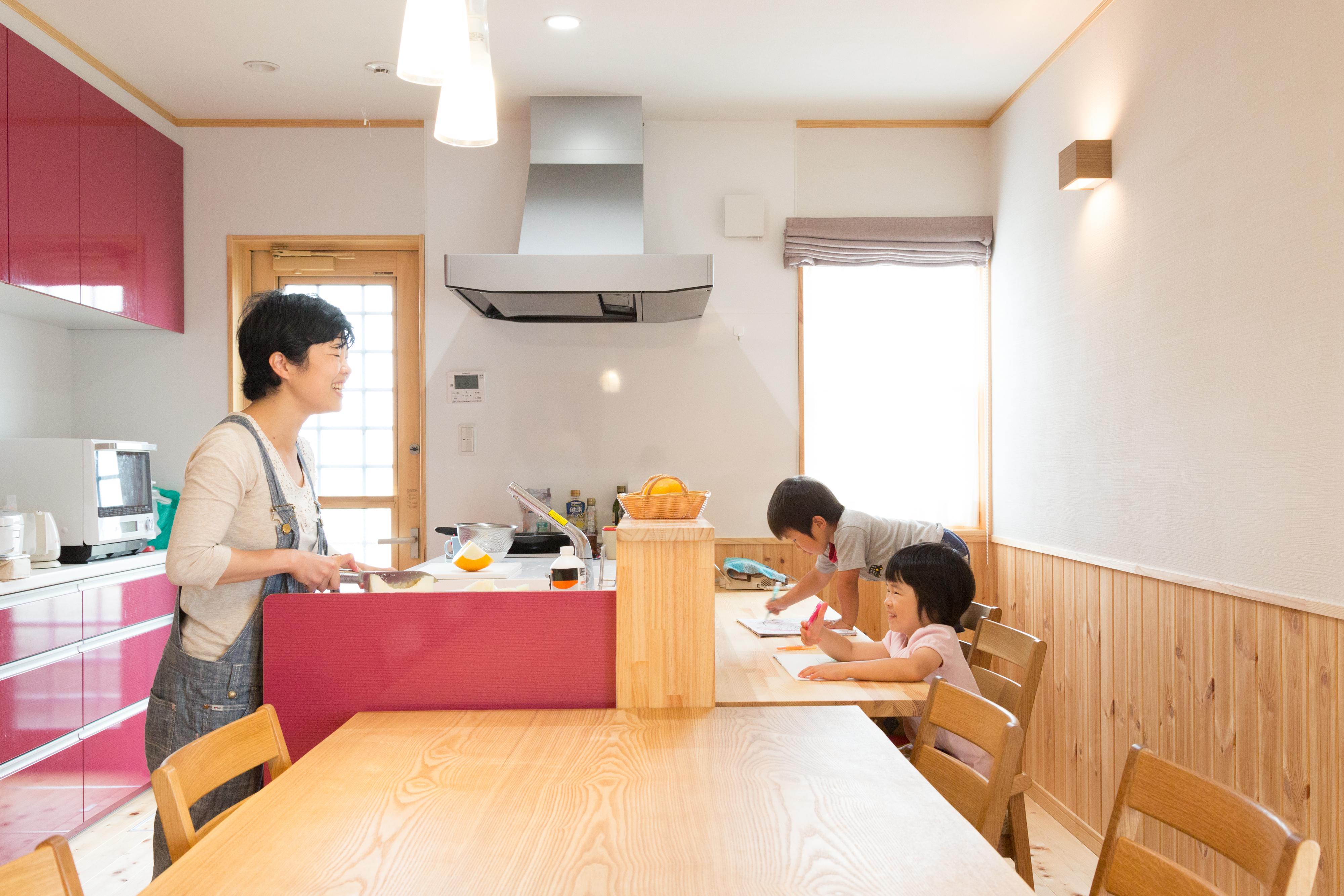 河合工務店【子育て、自然素材、間取り】こだわりのキッチンにはいつも家族の笑い声が響いている。家族の笑顔で家事もはかどる