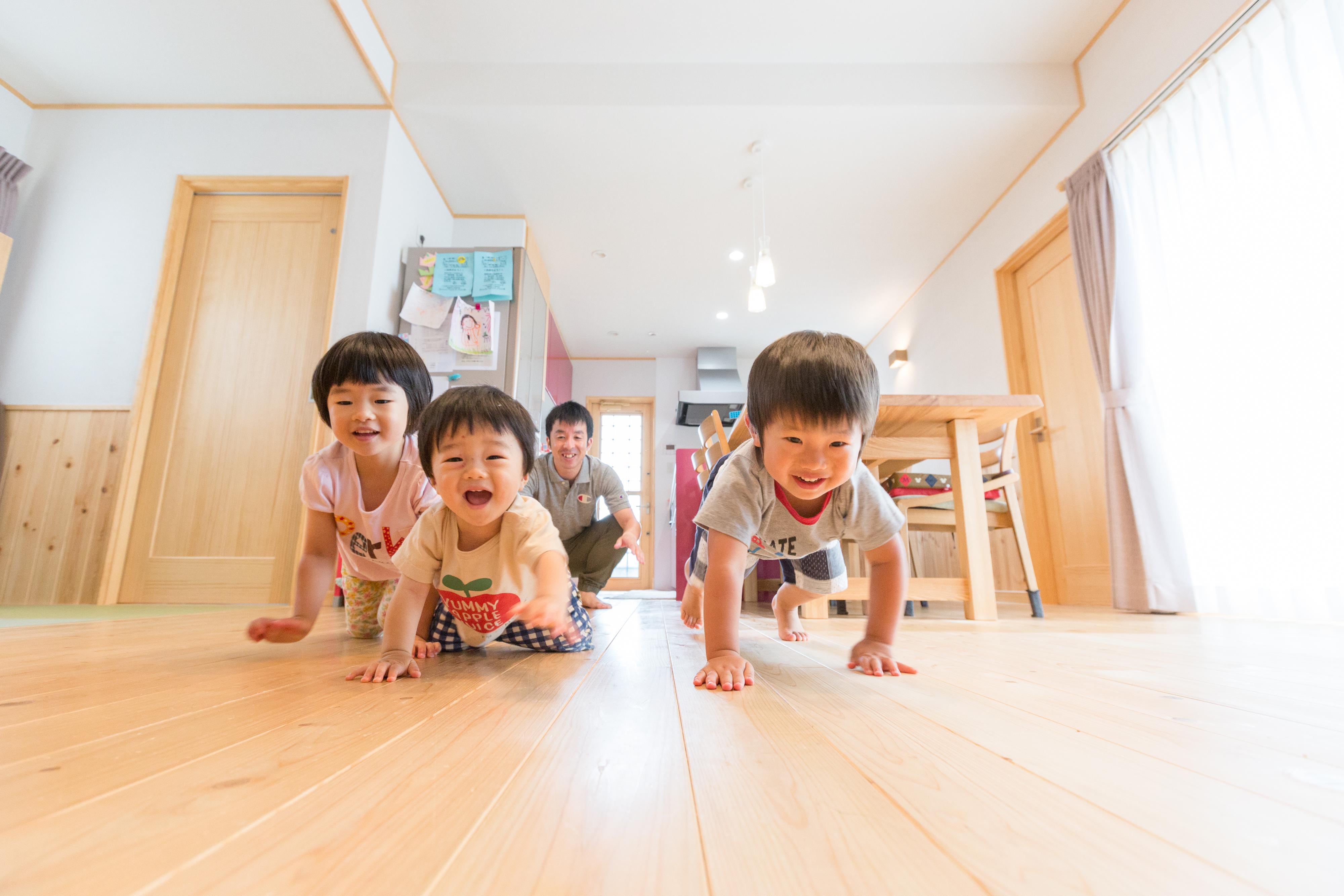 河合工務店【子育て、自然素材、間取り】無垢の床は肌触りが良く、健康に過ごせる。素材感の良さを活かした家づくりも同社だからこそ