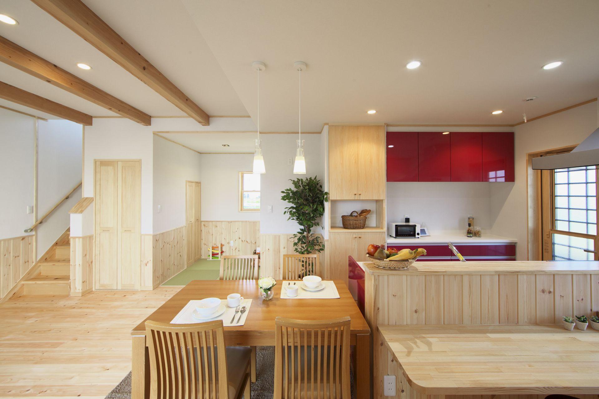 河合工務店【子育て、自然素材、間取り】LDKは化粧梁と赤いキッチンがアクセントになり、空間に彩を与えてくれている