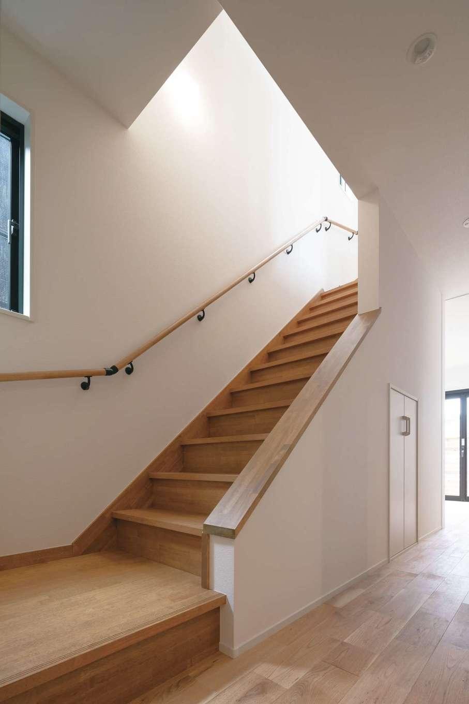 1階の半分はガレージなので、LDKは2階に。階段下には掃除機などを収納