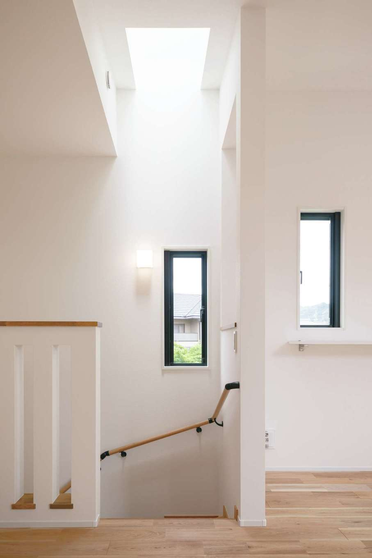 階段室の真上にもトップライトを設け、腰壁を格子状にしたことで、1階ホールにも光が届い て明るい