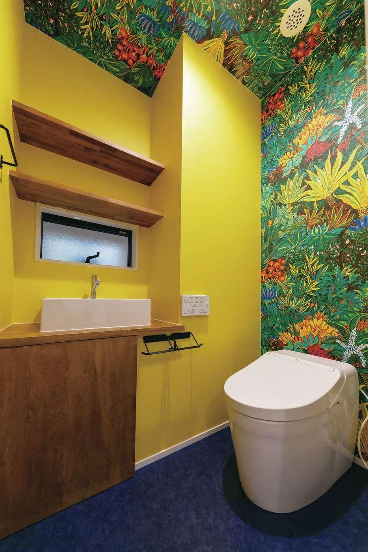 アクセントクロスと黄色い壁を採用した、遊び心あふれるトイレ