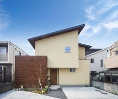 暮らしやすさを追求したチークカラーのデザイン住宅