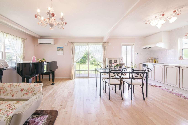 セルコホーム浜松(オバタケイ)【輸入住宅、趣味、ガレージ】LDKはグランドピアノを置いてもこの通り余裕の広さ。床材には19mmのメイプルのフローリングを使用