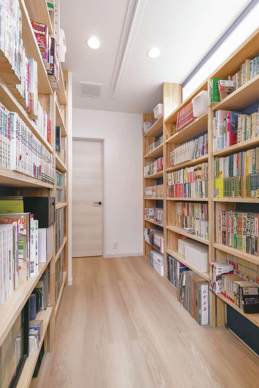 ほっと住まいる【趣味、自然素材、夫婦で暮らす】2階のDVDや書籍が並ぶ書棚専用コーナー。映画は黒澤明監督の名作など古い邦画から、洋画、最新の話題作まで幅広く揃える
