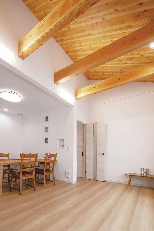 ほっと住まいる【趣味、自然素材、夫婦で暮らす】2階には、将来2世帯で暮らすことを見据えてもう一つのリビングを設計した。勾配天井や梁がダイナミック。一枚板のダイニングテーブルは『ほっと住まいる』からのプレゼントだ