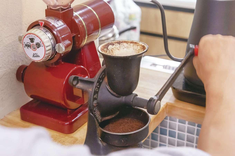 ほっと住まいる【趣味、自然素材、夫婦で暮らす】40年前に購入した、イギリス「SPONG」のコーヒーミルを今も愛用。これを設置できるよう、キッチンカウンターを設計してもらった。その都度豆を挽き、電気ケトルで82℃に設定したお湯でドリップするのは、「カフェバッハ」など名店で学んだ知恵。雑味や渋味が抑えられ、香り高くまろやかな味を楽しめる。