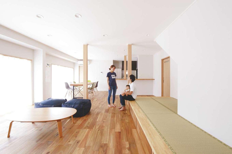 ほっと住まいる|リビングと和室の間仕切りを取り払い、ナチュラルテイストの明るい大空間に生まれ変わったLDK。階段下を収納ではなく、小上がりの畳スペースにして、赤ちゃんを遊ばせたり洗濯物をたたんだりする空間に。肌触りのいい床は濃淡の表情が美しい無垢のアカシアを採用。調湿性にすぐれたシラスの塗り壁と相まって、デザインも居心地もいい空間に仕上がった