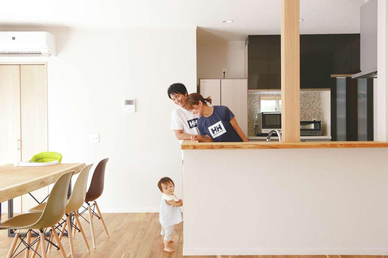 ほっと住まいる|夫婦でキッチンに立つ機会も多いため、広めにスペースを確保した。長女が立っている場所にはマガジンラックがあり、レシピ本を置いたり、ごみ袋を収納することもできる