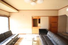 以前はリビングと和室だった1階の南面。間仕切りを取り払い、23畳のLDK+3畳の畳コーナーに生まれ変わった