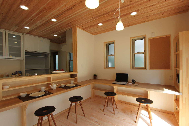河合工務店【趣味、自然素材、間取り】木に包まれて、アウトドア気分のキッチンスペース