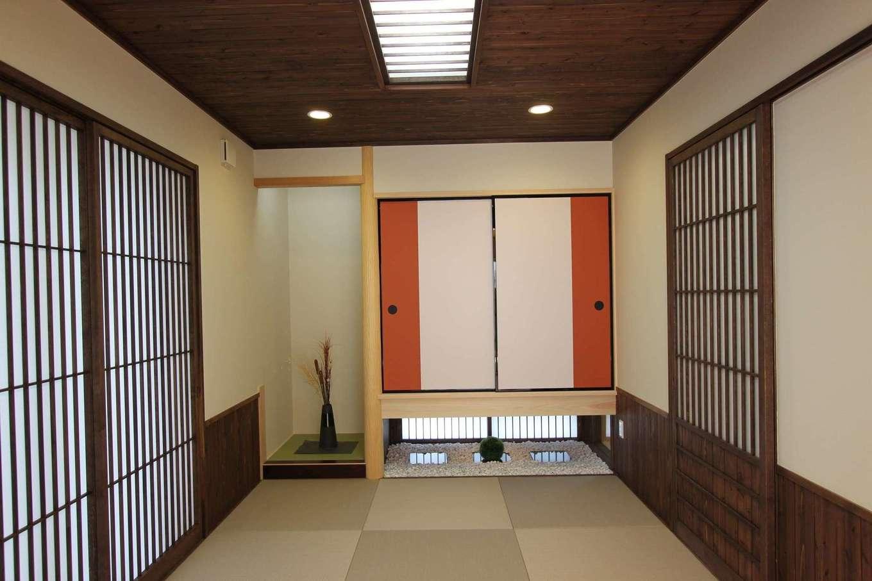 河合工務店【趣味、自然素材、間取り】日本庭園のようなスペースを持つ和室、二色使いのふすまがアクセント