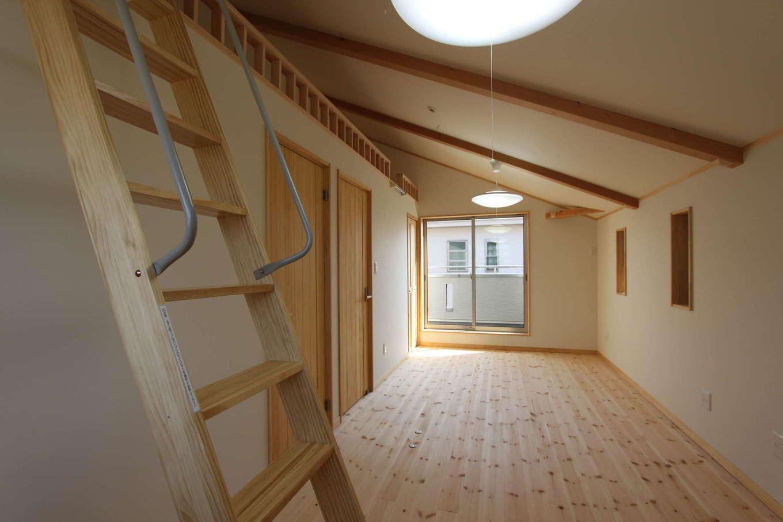 河合工務店【趣味、自然素材、間取り】大屋根を生かしたナナメ天井の子ども部屋、ロフトスペースは秘密基地のようだ