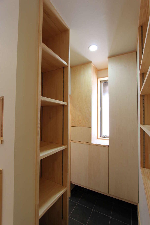 河合工務店【趣味、自然素材、間取り】シューズクロークとこだわりのスリッパ収納で玄関はいつでもピカピカ