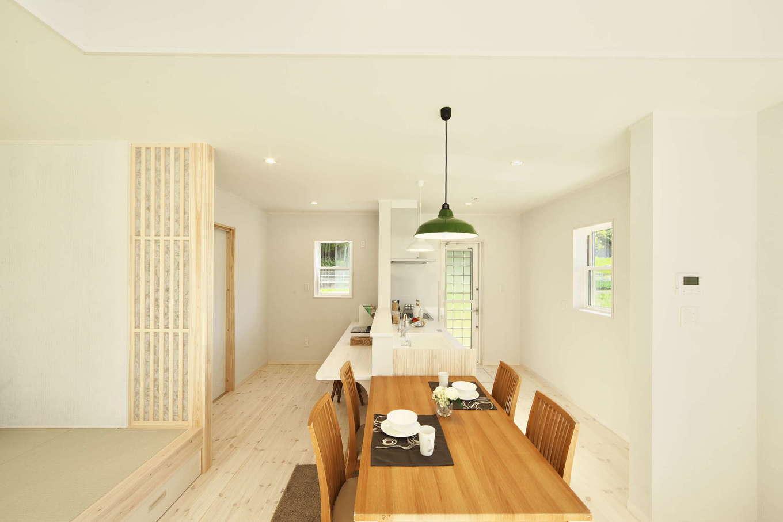 河合工務店【趣味、自然素材、間取り】バニラ色の床が映える白を基調とした空間