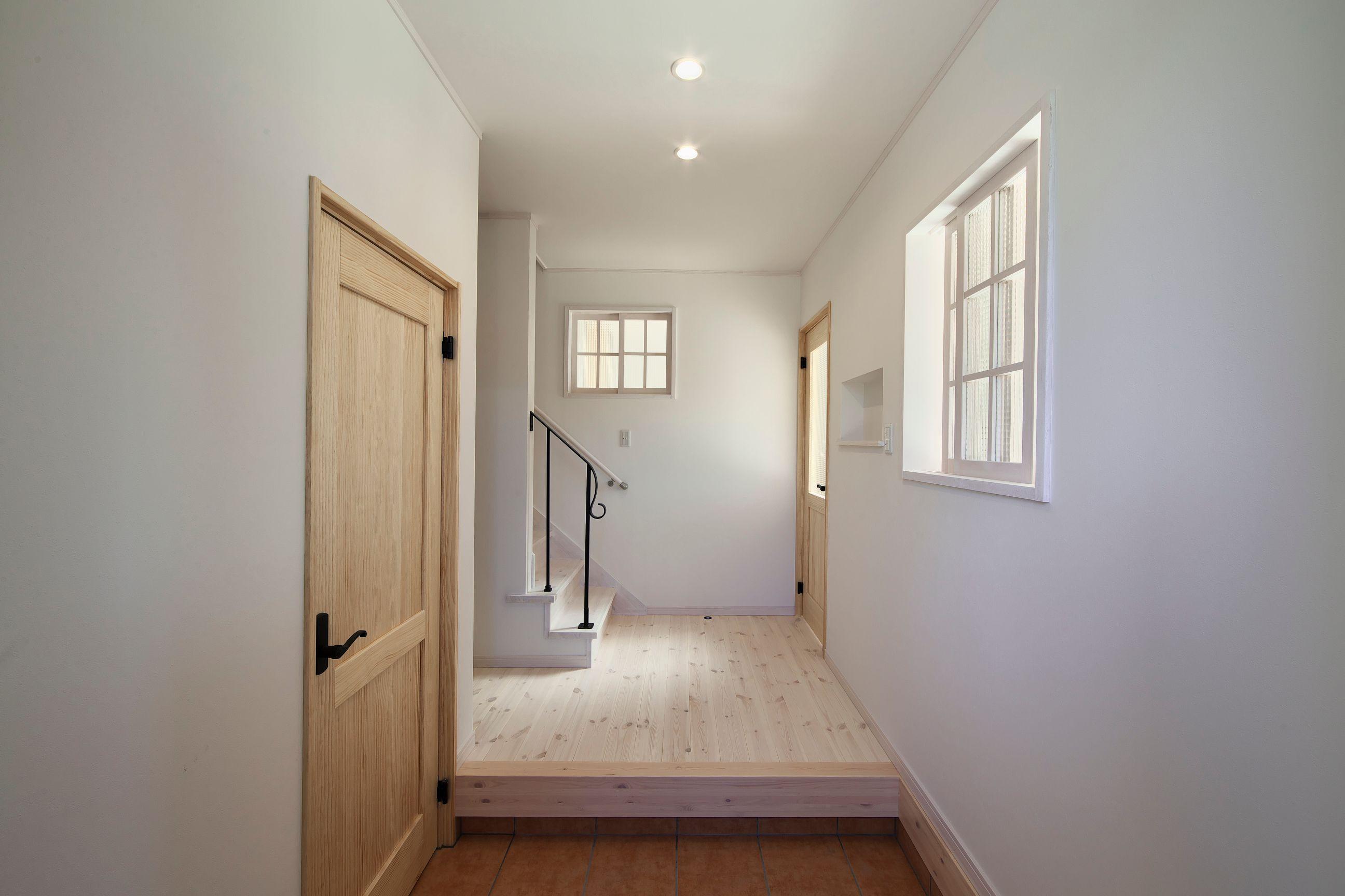 河合工務店【趣味、自然素材、間取り】アイアンの手摺が印象的な土間収納のある玄関