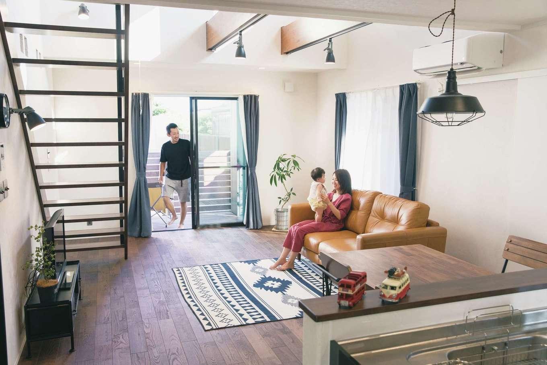 Yamaguchi Design 【デザイン住宅、趣味、インテリア】ウッドデッキと繋がるLDKは、大きな吹抜けとストリップ階段で開放感がいっぱい。無垢とアイアンを用い、室内にいながらにしてアウトドア気分を味わえる雰囲気を演出