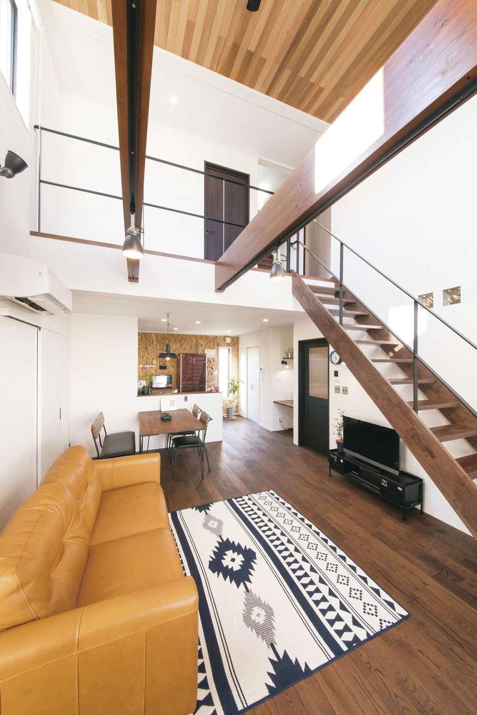 Yamaguchi Design 【デザイン住宅、趣味、インテリア】化粧梁がダイナミックな吹抜けのリビング