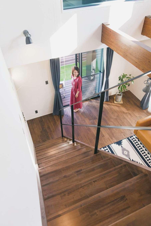 Yamaguchi Design 【デザイン住宅、趣味、インテリア】吹抜けの高窓から光が注ぎ、無垢とアイアンと漆喰壁が自然の心地よさを醸し出す