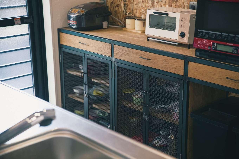 Yamaguchi Design 【デザイン住宅、趣味、インテリア】オーダーメイドの木×アイアンのキッチン収納はご主人のこだわり