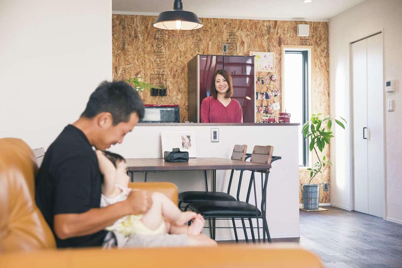 Yamaguchi Design 【デザイン住宅、趣味、インテリア】キッチンの背面の壁は同社のモデルハウスで使われているOSB合板が気に入って採用。お子さまの写真を壁に貼って自分らしくアレンジ