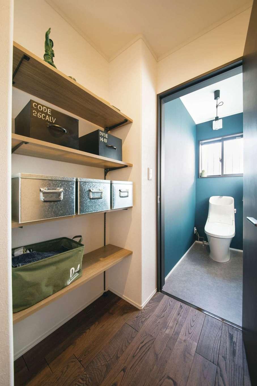 Yamaguchi Design 【デザイン住宅、趣味、インテリア】トイレの前に棚を設け、生活雑貨のストック品をスチールボックスに入れてオシャレに収納