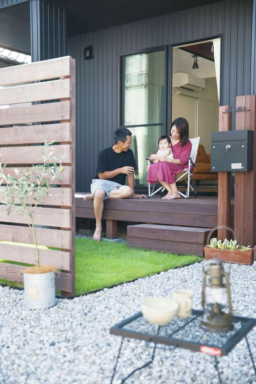 Yamaguchi Design 【デザイン住宅、趣味、インテリア】ウッドデッキで、「おうちキャンプ」を満喫する夫妻。庭先にキャンプ用のイスやテーブルを置き、珈琲タイムをゆっくりと楽しむのがご主人の目下の楽しみ